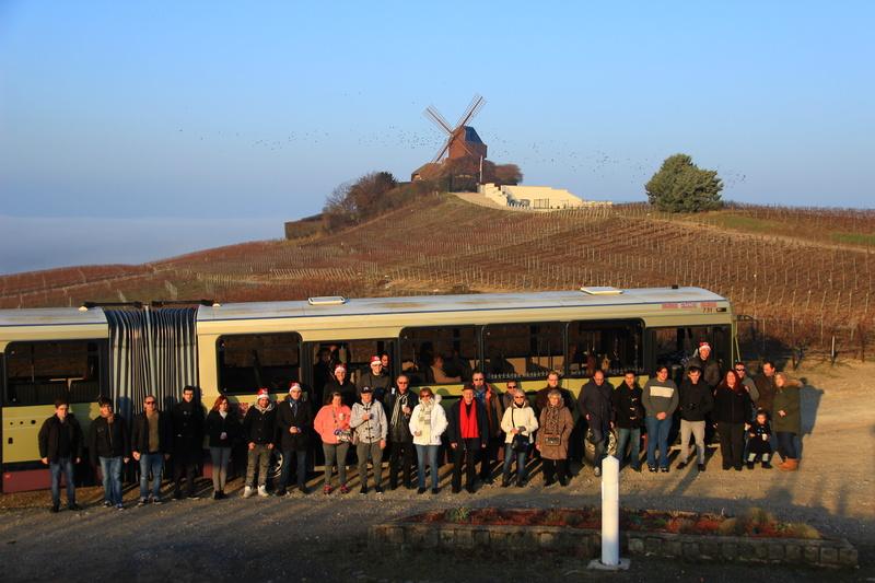 Tout le monde pose devant le 731 et le Moulin de Verzenay. Photo Olivier Cadiot