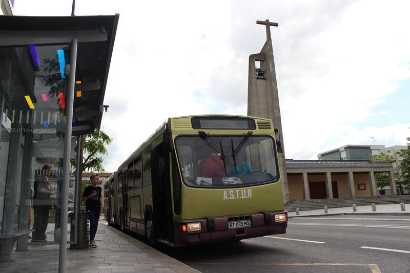 Le 731 pose devant l'église Ste-Bernadette de Tinqueux.