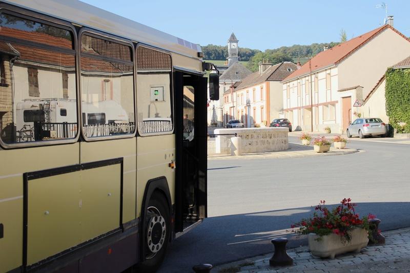 Le 731 pose devant la fontaine d'Ecueil.