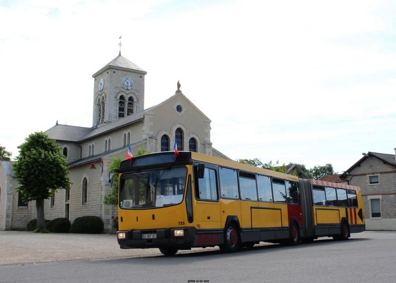 Le 733 devant l'église de Courcy.